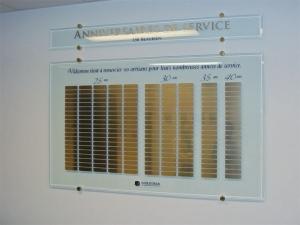 Plaque en verre avec plaquettes gravées