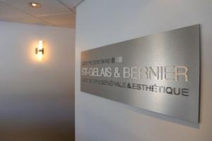 Logo mural en acrylique sur panneau aluminium